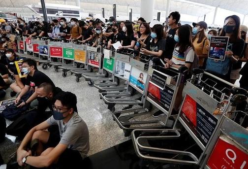 13일 홍콩 국제공항에 몰려든 홍콩 시위대. /로이터 연합뉴스