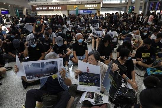 홍콩 시민들이 9일부터 홍콩국제공항에서 '범죄인 인도 법안(송환법)'에 반대하는 시위를 벌이고 있다./연합뉴스