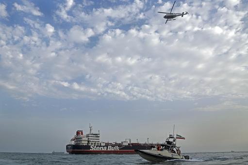 이란에 나포된 영국 국적 유조선 스테나 임페로 호가 이란 반다르 아바스 항에 정박한 가운데 이란 혁명수비대 소속 쾌속정과 헬리콥터가 유조선 주변에서 순찰 활동을 벌이고 있다. /연합뉴스