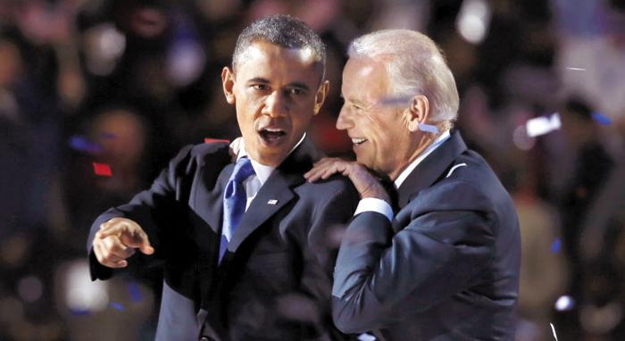 버락 오바마(왼쪽) 전 미국 대통령과 조 바이든 전 부통령이 2012년 11월 재선이 확정된 후 시카고에서 승리 수락 연설을 한 뒤 함께 기뻐하고 있다. 바이든은 8년간 오바마의 러닝메이트로 부통령을 하며 유력 대선 주자 반열에 올라섰다.