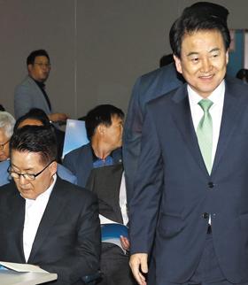 정동영(오른쪽) 민주평화당 대표가 13일 서울 마포구 김대중도서관에서 열린 '김대중전집 30권 완간 출판기념회'에서 최근 민주평화당을 탈당한 박지원(왼쪽) 의원 앞을 지나가고 있다.