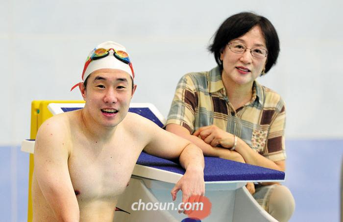 광주세계수영선수권 마스터스 대회에 출전한 이동현(왼쪽)씨와 어머니 정순희씨. 이씨가 수없는 반복 훈련을 이겨낼 수 있었던 힘은 어머니 정씨의 응원이었다.