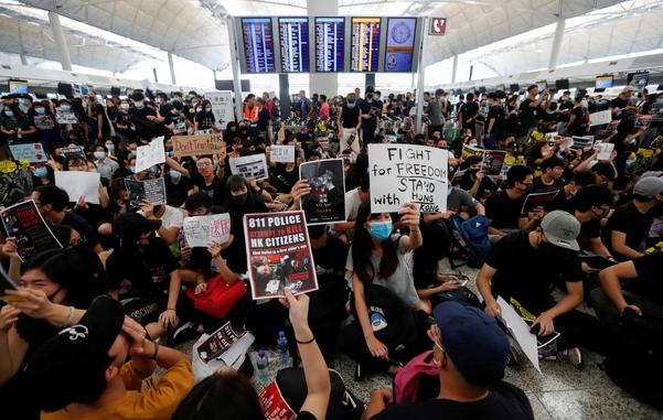 '범죄인 인도법'(송환법)에 반대하는 홍콩 시위대가 지난 12일(현지 시각) 홍콩 국제공항 출국장에 모여 시위를 벌이고 있다./로이터·연합뉴스