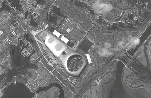 중국 선전의 대형 스타디움인 선전만 스포츠센터에 군용트럭이 집결한 모습/연합뉴스
