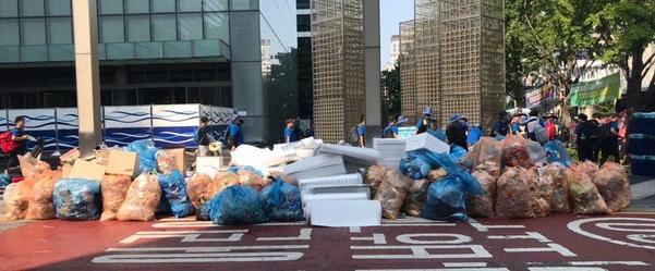민주노총 밤샘 집회가 끝난 지난 6일 오전 9시 30분쯤 서울 강남구 삼성전자 서초사옥 앞 인도에 쓰레기가 쌓여있다. /민영빈 인턴 기자