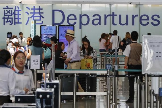 14일 정상 운영에 들어간 홍콩국제공항에서 승객들이 출국장 문 안으로 들어가고 있다. /연합뉴스