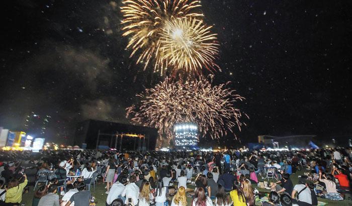 지난해 인천 송도 맥주축제 현장에서 불꽃놀이를 시민들이 지켜보고 있다.