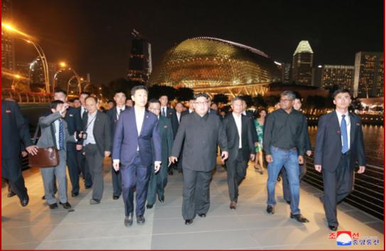 김정은 북한 국무위원장이 지난해 6월 11일 미·북정상회담을 하루 앞두고 싱가포르 시내를 돌아보고 있다./조선중앙통신