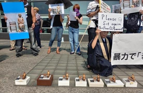 지난 4일 일본 아이치(愛知)현 나고야(名古屋)시 아이치현 문화예술센터 밖에서 일본인들이 아이치 트리엔날레의 '표현의 부자유, 그 후' 전시 중단을 비판하는 시위를 열고 있다. /연합뉴스