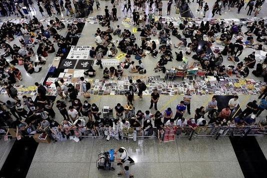 13일 홍콩 송환법 반대 시위대가 홍콩 국제공항에서 시위를 하고 있다. /로이터 연합뉴스