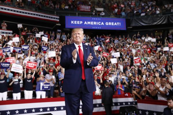 도널드 트럼프 미국 대통령이 15일 뉴햄프셔주 맨체스터에서 열린 선거유세 집회에서 지지자들의 환호 속에 박수를 치며 등장하고 있다. /AP 연합뉴스