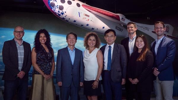 바른미래당 안철수(왼쪽에서 세 번째) 전 의원이 15일(현지시각) 미국 로스앤젤레스에서 열린 한 국제회의에 참석해 기념사진을 찍고 있다. /비즈니스와이어