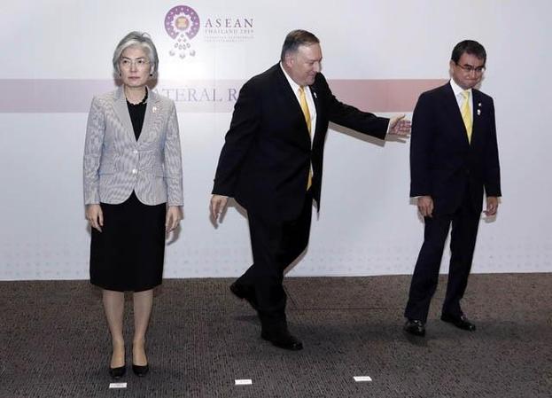 지난 2일 태국 방콕에서 열린 한·미·일 외교장관 회담을 마치고 강경화(왼쪽) 외교부 장관이 마이크 폼페이오(가운데) 미 국무부 장관, 고노 다로(오른쪽) 일본 외무상과 기념 촬영을 하고 있다. 강 장관과 고노 외무상은 이날 일본 정부의 경제 보복을 두고 설전을 주고받았다. /뉴시스