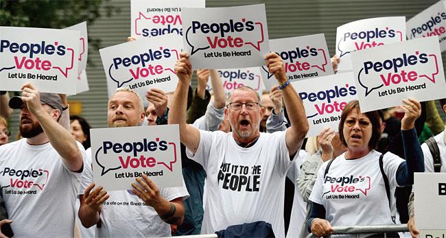 지난 7월 보수당 당수 선출 과정에서 후보 간 TV토론 확대를 요구하고 있는 영국의 유권자들. photo 뉴시스