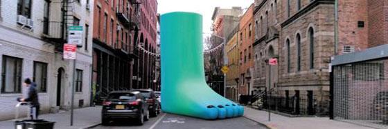 애플 아이폰으로 미국 뉴욕의 한 도로를 촬영한 화면에 발을 형상화한 작가 세라 로스버그의 그림이 나타나 있다(아래 사진).