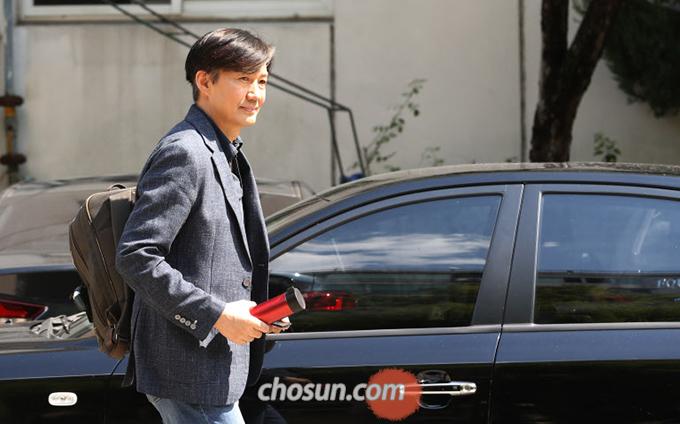 조국 법무부 장관 후보자가 18일 오후 서울 서초구 방배동 자택을 나서고 있다.