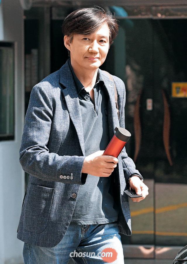 조국 법무부 장관 후보자가 18일 오후 서울 서초구 방배동 자택에서 나와 걸어가고 있다.