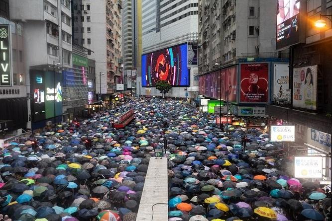 18일(현지시각) 코즈웨이베이 지역 도로를 행진하는 홍콩 반정부 시위대 /블룸버그