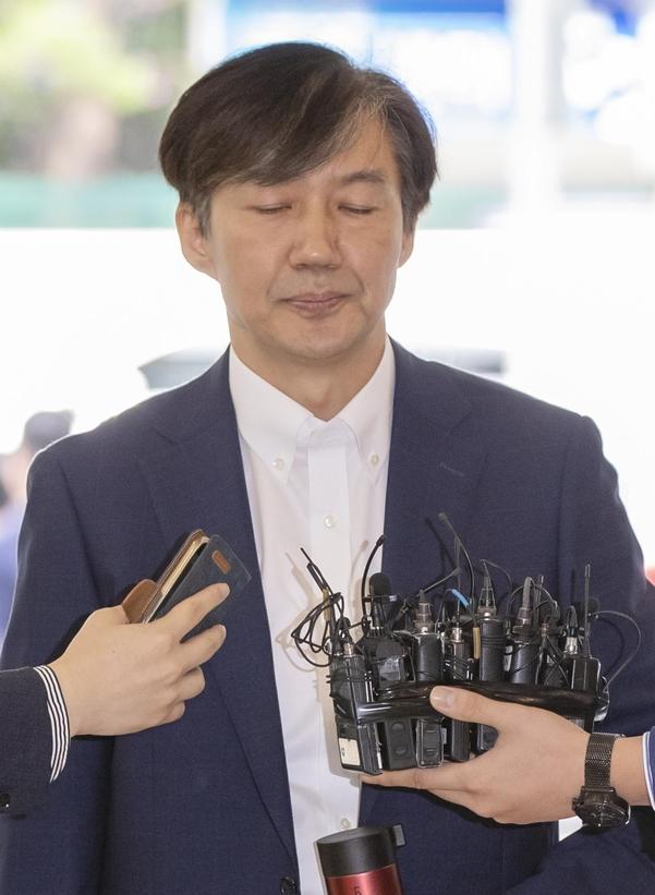 조국 법무부 장관 후보자가 19일 오전 인사청문회 준비 사무실이 마련된 서울 종로구의 건물로 출근, 취재진 질문을 받고 있다./연합뉴스