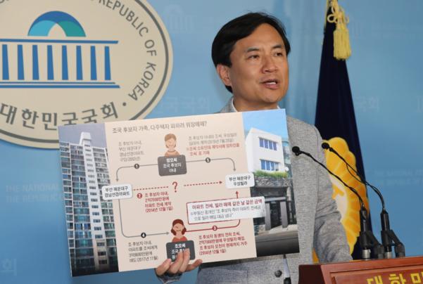 김진태 자유한국당 의원이 18일 오후 국회 정론관에서 기자회견을 열고 조국 법무부 장관 후보자에 관련된 각종 의혹을 지적하고 있다. /연합뉴스
