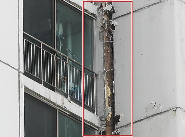 18일 오후 7시쯤 수원시 권선구 한 아파트에서 외벽에 고정된 환기구가 떨어져 나가는 사고가 일어났다. /연합뉴스