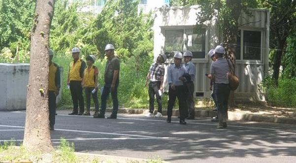 19일 오전 11시쯤 수원시 권선구 한 아파트에서 외벽에 고정된 환기구가 탈착하는 사고가 일어나 수원시 관계자들이 안전진단을 하고 있다. /최상현 기자