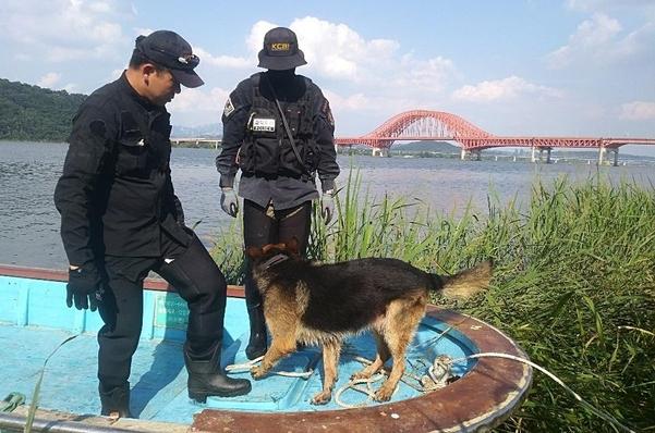 어민이 어선을 몰고 경찰과 함께 강변 수색을 벌이고 있는 모습. /어민 제공