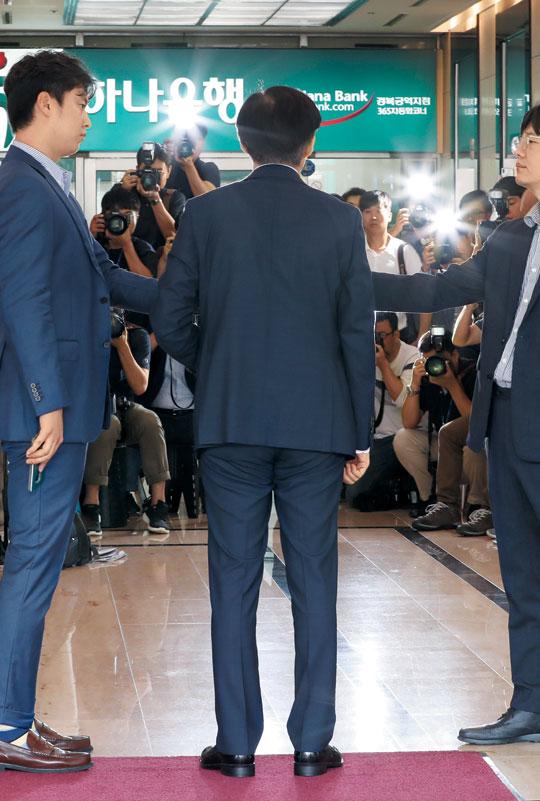 조 후보자는 이날 오전 인사청문회 준비 사무실이 마련된 서울 종로구의 한 건물에 들어서서 취재진에게 '저의 현재 가족 등에 대한 의혹 제기를 잘 알고 있다'고 말했다.