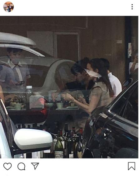 앤젤리나 졸리가 서울 종각역 인근 식당에서 아들 매덕스 등과 함께 식사하고 있다./인스타그램 캡처