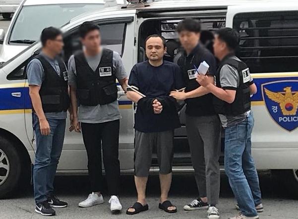 21일 오후 '한강 몸통 시신' 사건의 피의자 장대호가 호송차에서 내리고 있다. /김혜지 인턴기자