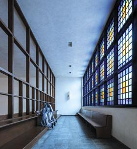 비야 알로이시오 성당 내부. 푸른색 계열의 색유리로 차분한 느낌의 푸른빛을 들였다. 푸른빛은 성당에 잘 쓰이지 않지만 새벽빛처럼 자신을 돌아보게 하는 효과가 있다.