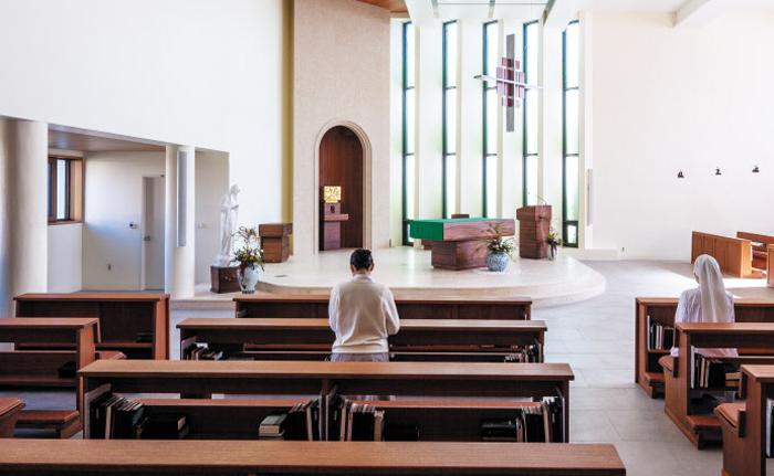 녹색 세로 유리창 등을 옛 모습대로 복원한 부산 베네딕도 수녀원 성당 내부.