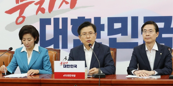 자유한국당 황교안 대표가 22일 국회에서 열린 최고위원회의에서 발언하고 있다./연합뉴스