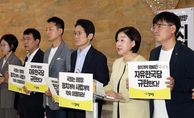정의당 심상정 대표가 22일 국회 로텐더홀에서 열린 상무위원회에서 발언하고 있다. /연합뉴스
