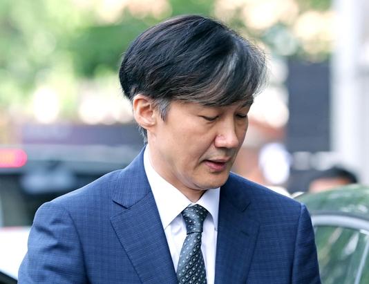 조국 법무부 장관 후보자가 22일 서울 종로구 적선현대빌딩으로 출근하고 있다./연합뉴스