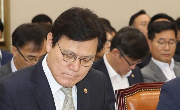 최종구 금융위워장이 22일 오전 열린 국회 정무위 전체회의에서 회의 자료를 보고 있다./연합뉴스