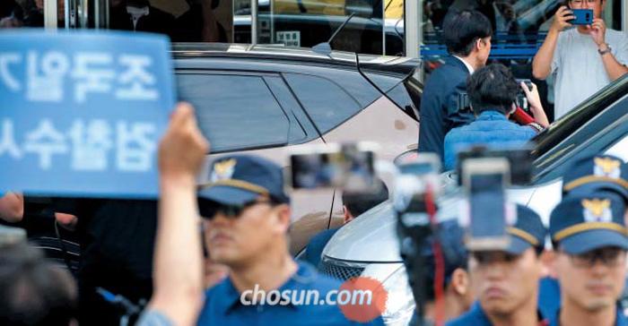 출근하는 조국… 항의하는 시민들 - 조국 법무부 장관 후보자가 22일 서울 종로구의 인사청문회 준비단 사무실에 들어서고 있다. 이날 사무실 앞에서는 조 후보자의 사퇴를 요구하는 시민단체의 기자회견이 있었고, 조 후보자는 경찰의 보호 속에 출근했다.
