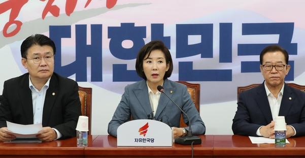 자유한국당 나경원 원내대표가 23일 국회에서 열린 원내대책회의에서 발언하고 있다./연합뉴스