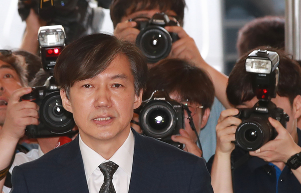 조국 법무부 장관 후보자가 22일 인사청문회 준비 사무실이 마련된 서울 종로구 적선빌딩으로 출근하고 있다. /연합뉴스