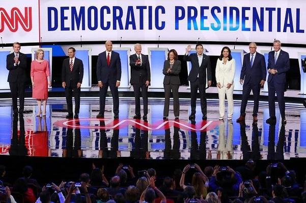 지난달 31일(현지시각) 미국 디트로이트에서 열린 토론회에 내년 미 대선을 놓고 경쟁하는 민주당 경선 후보들이 참석했다./로이터 연합뉴스