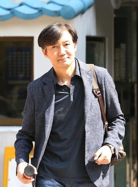 지난 18일 오후 조국 법무부 장관 후보자가 서울 서초구 방배동 자택에서 나와 걸어가고 있다. / 남강호 기자