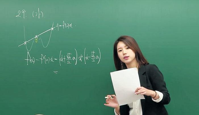 외국인들에게 인기를 끈 수학 강사 주예지씨. /유튜브 캡처