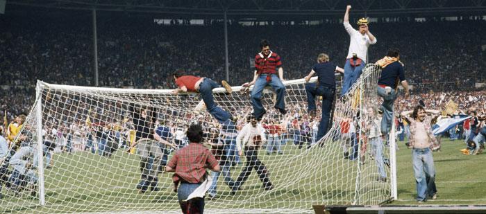 1970년대 잉글랜드와 스코틀랜드의 축구 경기가 끝난 뒤 흥분한 관중이 그라운드에 뛰어들어 난동을 부리고 있다.
