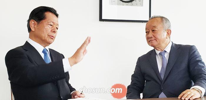 후나바시 요이치(왼쪽) 아시아·퍼시픽 이니셔티브(API) 이사장과 강천석 본지 논설고문이 22일 도쿄 아카사카에 있는 API 사무실에서 대담하고 있다.