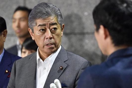 이와야 다케시 일본 방위상이 24일 북한의 단거리 탄도미사일 발사와 관련해 기자회견을 하고 있다. /교도 연합뉴스