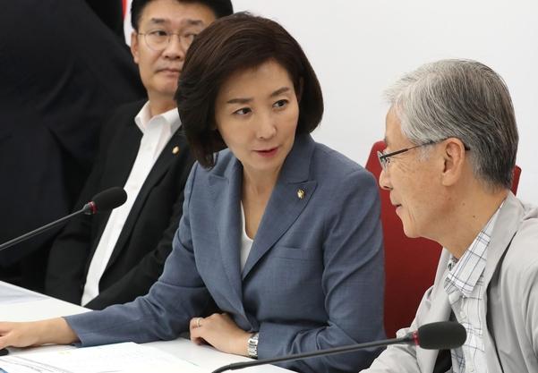 자유한국당 나경원(가운데) 원내대표./연합뉴스