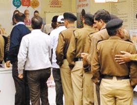 디지털 신분 확인 프로그램인 '아드하르'에 지문·홍채 정보 등을 등록하기 위해 줄 선 인도 시민들.