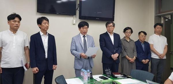 지난 22일 고려고 관계자들이 광주교육청에서 감사 결과를 반박하는 기자회견을 하고 있다. / 연합뉴스