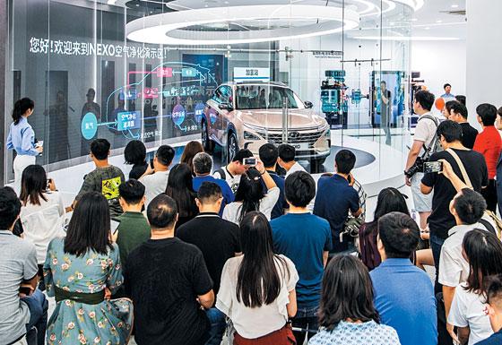 현대차그룹이 26일 중국 상하이 스지(世紀)광장에 개관한 중국 최초 수소 전시관 '현대 하이드로젠월드'에 중국 관람객들이 몰려들어 수소차 넥쏘를 살펴보고 있다.
