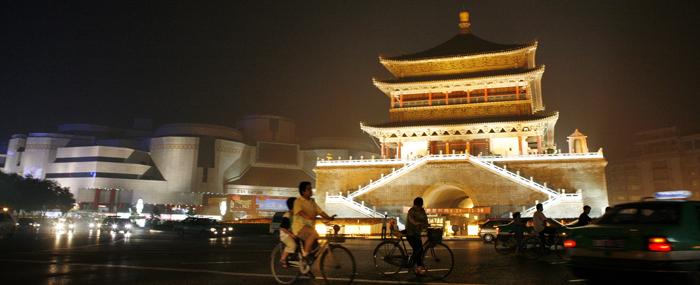 중국 산시성 시안 도심. 옛 장안성 종루 주변을 현대식 건물이 둘러싸고 있다.